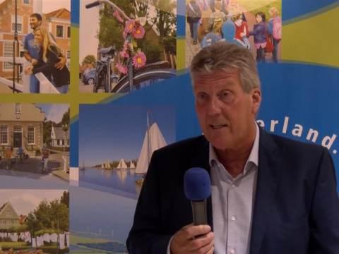 Burgemeester Van der Weele neemt Marker 'Visie 2021-2025' in ontvangst