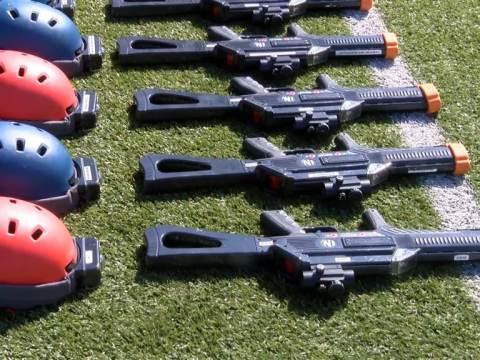 Uitgelaten kinderen lasergamen op sportveld te Marken